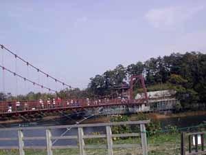 歩くと揺れる吊り橋